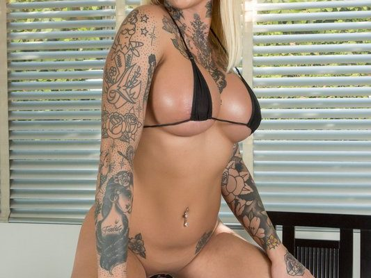 Nadia Love Hot Kitty